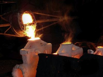 In einer Gießerei wird flüßiges Metall in eine Form gegossen