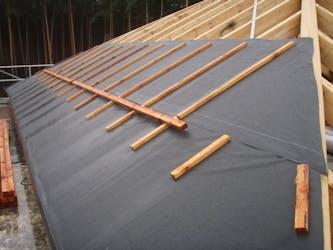 Dachunterspannbahn die die Dachkonstruktion vor äußeren Einflüssen schützt