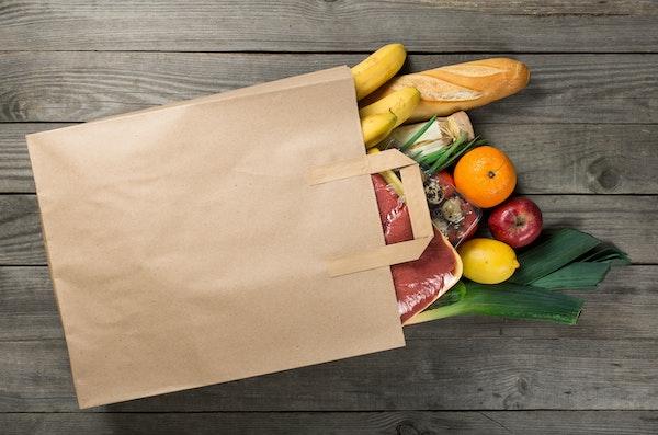 Papier Einkaufstüte die mit frischen Lebensmitteln gefüllt ist